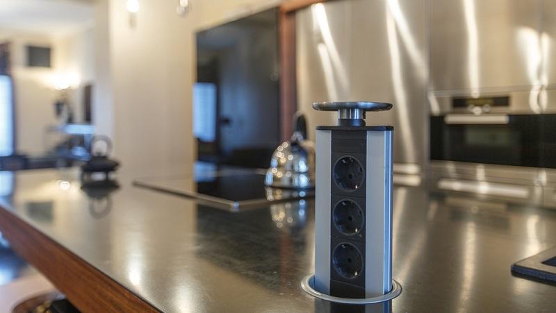 Versenkbare Steckdosenleisten sparen Platz und sind zudem praktisch. (#01)