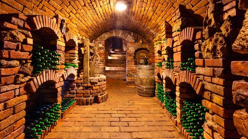 Wer einen Weinkeller einrichten möchte, muss diesen erst einmal bauen oder aus einem bereits vorhandenen Raum schaffen. Ist ein Keller vorhanden, kann dieser genutzt werden. (#02)