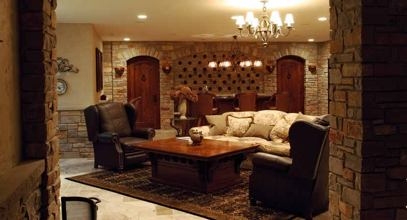 Der Stil des Weinkellers gibt den Ausschlag darüber, wie dieser Lagerraum dekoriert werden kann. Alte Fässer machen sich in einem rustikalen Weinkeller sehr gut, schwere Türen aus Holz oder Altmaterial des Baus unterstreichen das rustikale Ambiente. (#06)