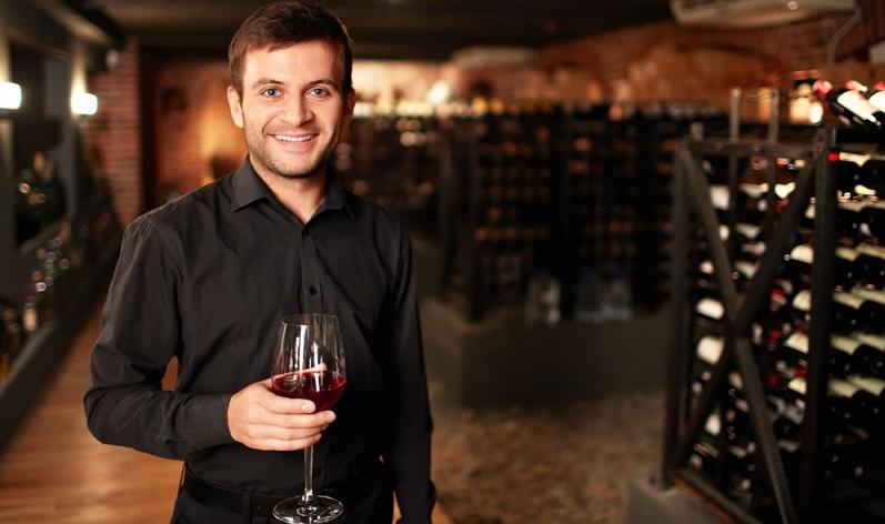 Wenn Sie einen Weinkeller einrichten wollen, sollten Sie vorab klären, ob Sie es lieber rustikal oder modern mögen. Im Grunde ist es so, dass schroffer Stein ohne weitere Bearbeitung – also die rustikale Variante – besser zu einem Weinkellerraum passt. (#03)