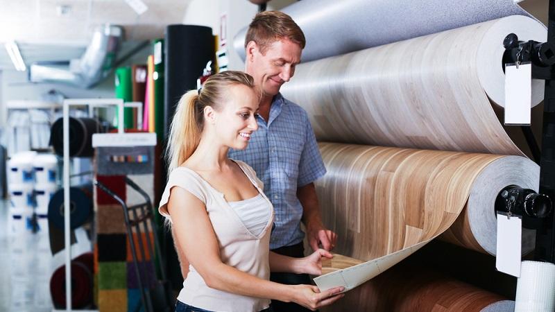 Schon vor einigen Jahrzehnten war Linoleum ein häufig nachgefragter Bodenbelag. Inzwischen hat sich die Qualität verändert, was sich auch auf die Nutzungsmöglichkeiten auswirkt. Die Beschichtung durch PU verbessert die Pflegeeigenschaften und auch die Haltbarkeit des Linoleums. (#02)