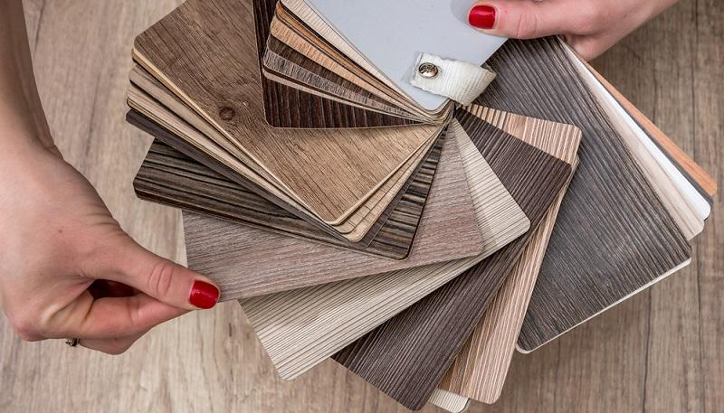 Ein Fußbodenbelag aus Vinyl ist in bestimmten Bereichen besonders praktisch. Unter anderem eignet sich das Vinyl in Feuchträumen. Hier wird es als angenehm fußwarm empfunden und ist zudem sehr strapazierfähig. (#01)