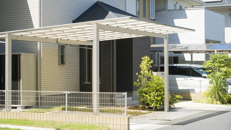 Ob man sich für ein Carport oder eine Garage entscheidet, hängt unter anderem von der Umgebung ab, vom Kostenfaktor sowie vom eigenen Sicherheitsanspruch. (#02)