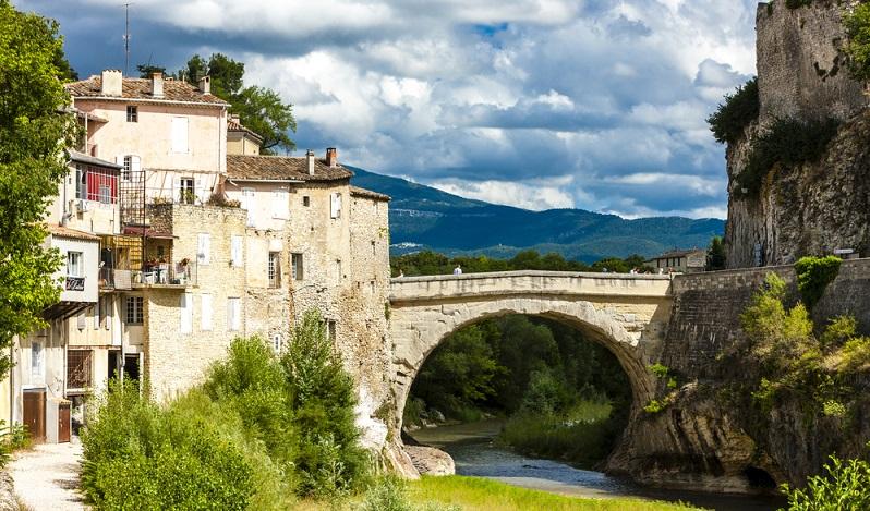 Vaison la Romaine zählt heute über 6000 Einwohner und liegt in der Nähe der berühmten Papststadt Avignon. Die Stadt ist berühmt für seine Freiluft-Ausgrabungsstätte, die immer mehr Überreste des antiken römischen Ortes Vasio Vocontiorum zum Vorschein bringt. (#02)