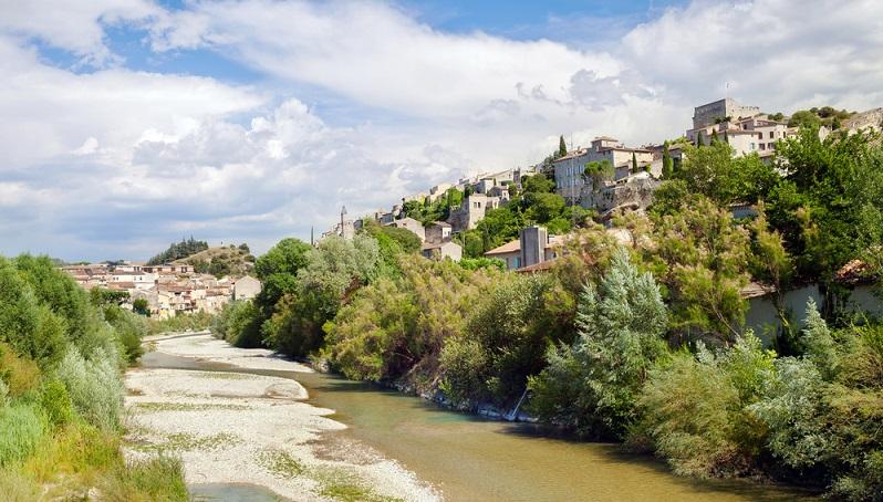 Die Provence besitzt insgesamt viele kulturell wertvolle Städte, die eine ganze Reihe von Sehenswürdigkeiten zu bieten haben. Zu den Metropolen, die immer eine Reise wert sind, gehören sicherlich Avignon, Marseille, Nizza, Toulon und Aix-en-Provence. (#03)