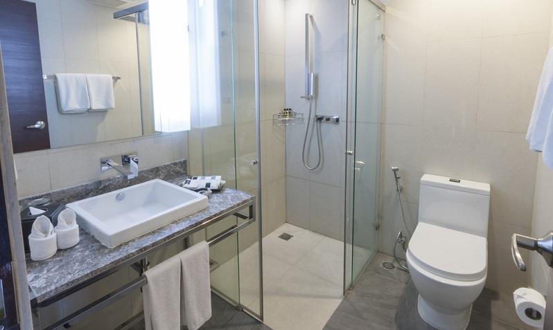 Eine Dusche mit funktionalem Massage-Element sorgt für den gewünschten Wellness-Faktor. (#01)