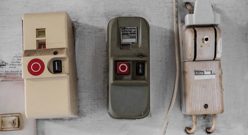 Ein Problem im Altbau stellen nicht selten die Steckdosen dar. Die alle Altbauten verbindende Eigenschaft bezüglich der Steckdosen: Es sind immer zu wenige! (#02)