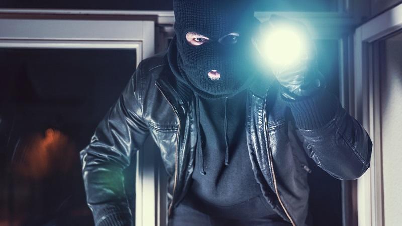 In Deutschland geschieht etwa alle vier Minuten ein Einbruch. Ein Dieb steigt in ein Haus oder eine Wohnung ein. Die bittere Wahrheit: Einen absoluten Schutz gegen Einbrecher gibt es nicht. (#01)