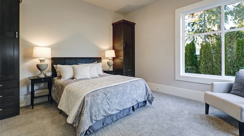 Wer schon bei der Auswahl eines Bettes darauf achtet, dass die Matratze austauschbar ist, der kann diese nach einigen Jahren problemlos durch eine neue ersetzen. Die Experten empfehlen, spätestens nach zehn Jahren die Matratze zu wechseln.(#02)