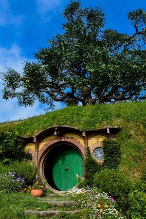 Entsprechend verziert, vermag ein Erdkeller schon von außen wie der Eingang zu einer Hobbithöhle auszusehen.(#02)