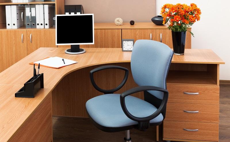 Ein ergonomischer Bürostuhl sorgt dafür, dass der Körper sich auch bei längerem Sitzen nicht verkrampft.(#02)
