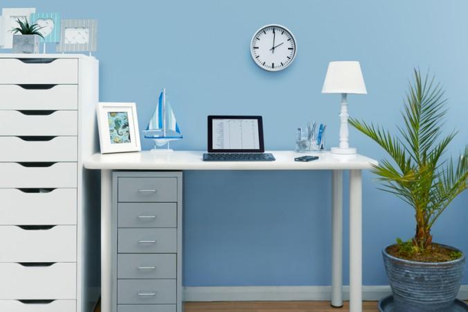 Ein Arbeitszimmer in blau, mit hellen und klaren Strukturen und Farbnuancen bringt Ruhe und lässt kreative und posivive Gedanken fließen. (#2)