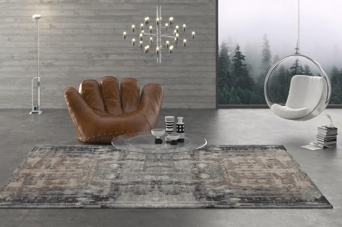 Besonders gut zur Geltung kommt ein Teppich, wenn er einigermaßen frei im Raum liegen kann. Ohne Sofa auf dem Teppich, welches die schöne Struktur verbergen würde, dient er als optischer Blickfang im Raum.