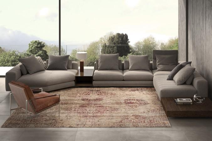 Ein schöner Teppich ersetzt ein weiteres Möbelstück. Hier zum Beispiel wird auf einen klassichen Couchtisch in der Mitte des Sofas verzichtet, wodurch der Teppich - mit seinen Farben beige, hellbraun und rot - wunderbar zur Geltung kommt.
