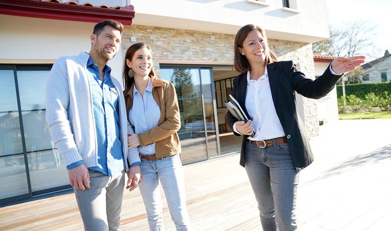 Der Ehepartner stirbt und hinterlässt ein Haus, das ungeeignet ist, um von dem Alleinerben oder von der Erbengemeinschaft bewohnt zu werden. Auch eine Vermietung kommt für die Betroffenen nicht infrage. In diesem Fall sollte man versuchen, die Immobilie so bald wie möglich zu verkaufen. (#04)