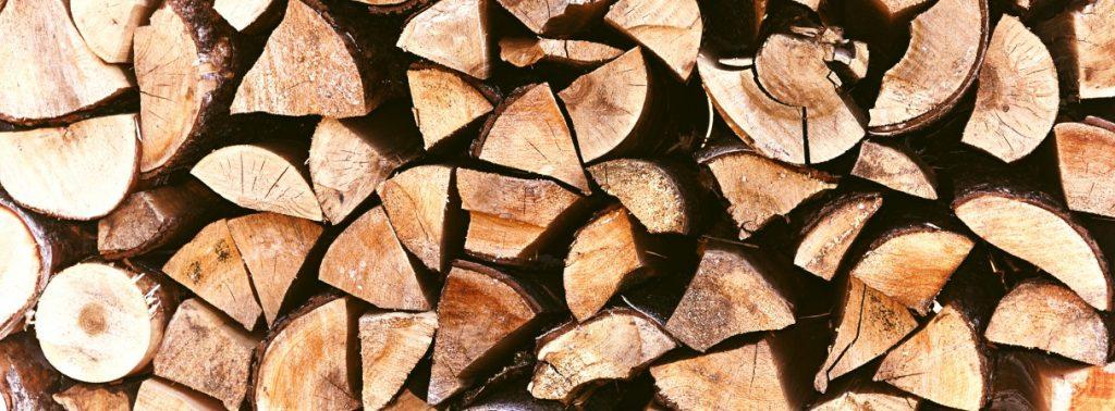 Holz ist als Brennmittel einfacher und sicherer zu lagern.  Allerdings ermöglicht Ethanol den Betrieb des Kamins ohne Anschluss an den Schornstein. (#2)