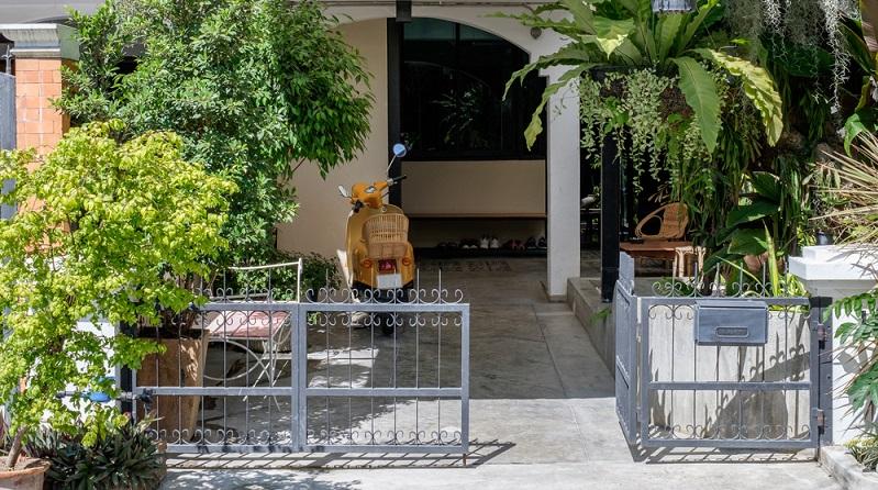 Das Grundstück mit einem Zaun aus Aluminium auszustatten, bringt viele Vorteile. (#03)