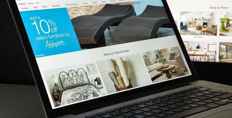 In der Möbelbranche hat der Online-Handel bisher noch nicht den Stellenwert wie in anderen Bereichen. Das liegt zum einen daran, dass die Produkte größer sind und deshalb nicht einfach zurückgeschickt werden können. (#02)