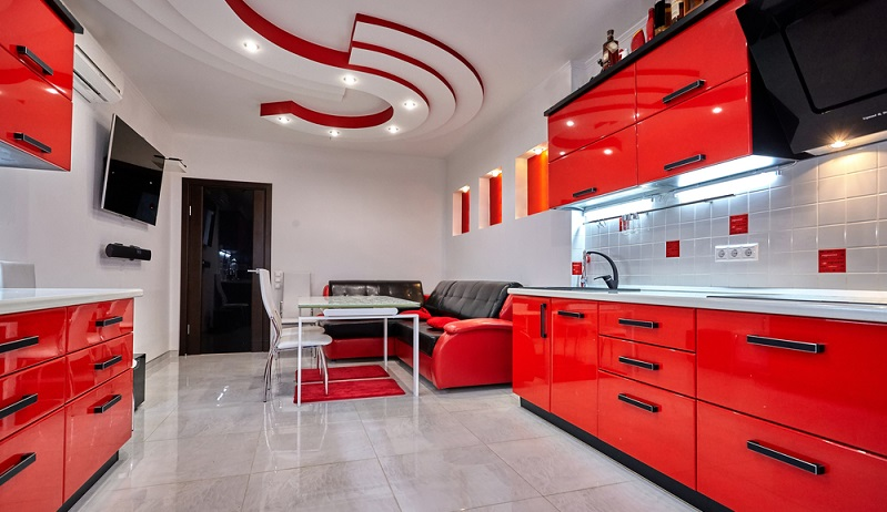 Bei der Auswahl der Kücheneinrichtung geht es darum, ein einladendes Ambiente zu schaffen. Mit interessanten Kontrasten zwischen Schrankfronten, Wänden und Fußboden bringt man etwas Spannung in die Räumlichkeiten. (#02)
