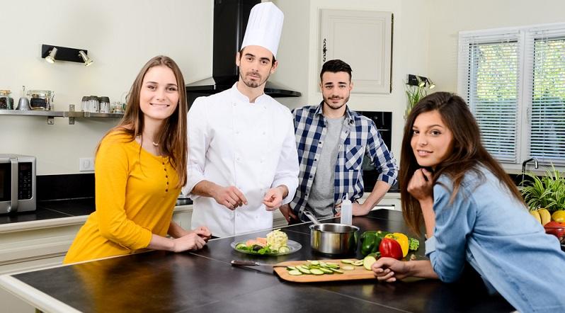 Gleichgültig, wie viele Personen im Haushalt leben, die Küche gilt als wichtiger Treffpunkt. Hier verbringt man viel Zeit, nicht nur für die Zubereitung von Mahlzeiten, sondern häufig auch zum Essen. (#05)