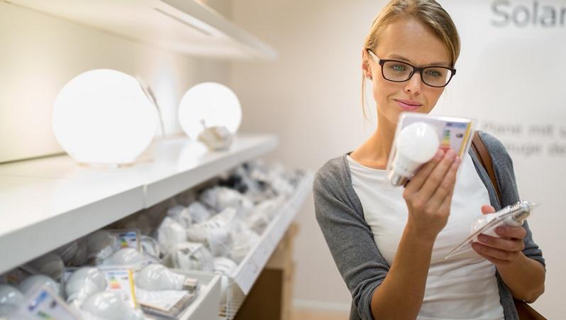 Energiesparen kann man auch durch die Wahl der Beleuchtung. Kein anderer Bereich wird so kontrovers diskutiert, seit die EU verboten hat, energieineffiziente Glühbirnen zu verkaufen, die nur fünf Prozent der Energie in Lichtenergie umwandeln konnten. (#03)
