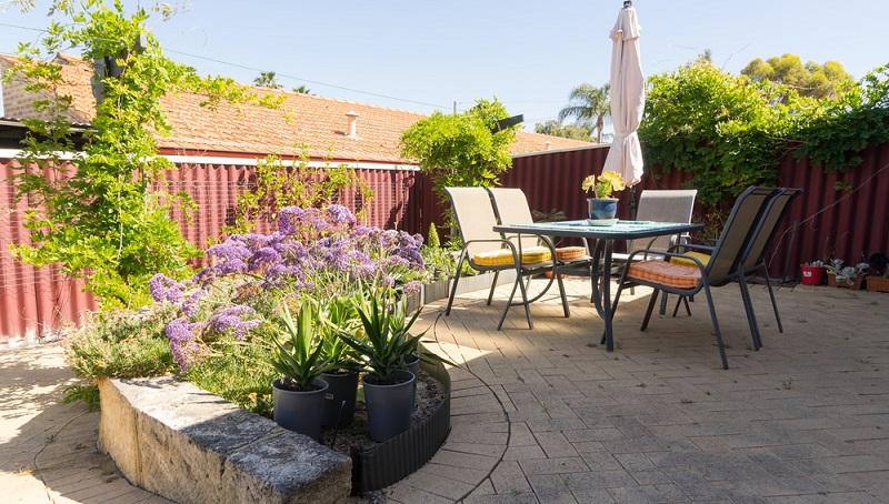 Hochwertige Möbel für Terrassen sollten widerstandsfähig und belastbar sein. Wenn sie dann noch schick sind, umso besser. (#02)