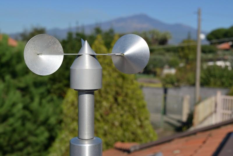 Auf dem Dach des Nachbarn könnte beispielsweise ein Schalenkreuzanemometer aus Aluminium angebracht sein. Hierbei handelt es sich um ein weit verbreitetes Anemometer, welches die Windgeschwindigkeit mittels halbkugelförmigen Hohlschalen misst. (#1)