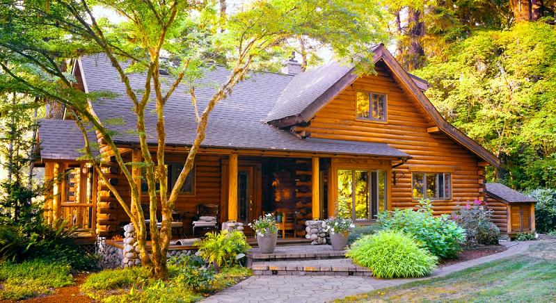 Das Blockhaus besteht aus großen Holzstämmen und verbreitet eine eher rustikale Atmosphäre. Es ist der Inbegriff des gesunden Wohnens und steht für ein hohes Maß an Individualität. (#02)