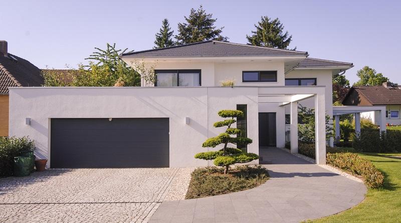Die Stadtvilla besitzt zwei volle Stockwerke, ein Flach- oder Walmdach und wird auch häufig als Landhaus bezeichnet. (#03)