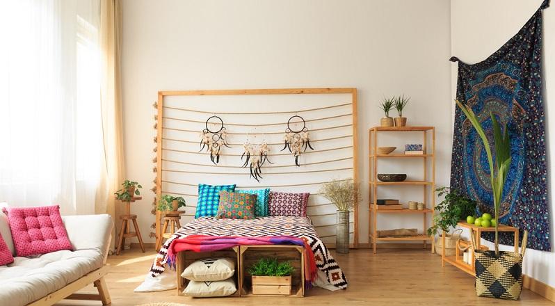 Beim Gruppieren der Möbel und Deko-Elemente kann man ausprobieren, wie das Stillleben mit Wandteppich am besten aussieht. Auf diese Weise findet man das richtige Ensemble, zu dem der Behang die ideale Kulisse bildet. (#04)