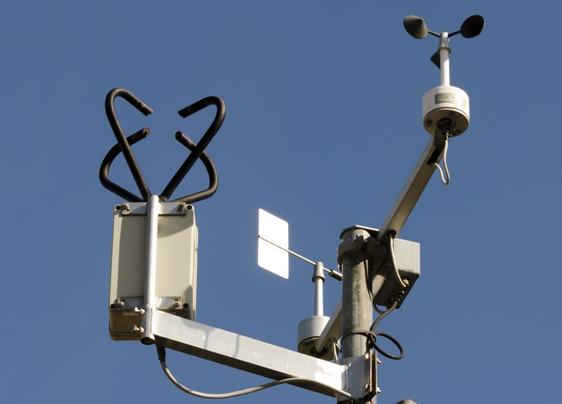 Bei großen Wetterstationen kommen häufig auch Ultraschall-Anemometer zum Einsatz. Hier messen Ulttraschallwellen die Geschwindigkeit des Windes, es besteht aus einem Sender und einem Empfänger und erinnert optisch an die Fangarme einer Krake. (#3)