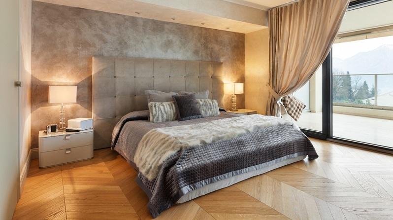 Wer sich aber für ein Schlafzimmer entscheidet, das durch Eleganz gepaart mit Opulenz besticht, kommt um moderne Boxspringbetten nicht herum. (#01)