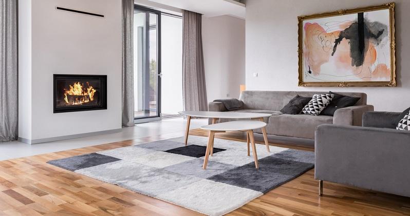 Moderne Fußböden für 2018 bestehen aus einem Holzparkett, das die typischen Unebenheiten des Holzes aufweisen darf. Teppiche sind grob strukturiert, die Kissen auf dem Sofa aus Samt, der in beide Richtungen zu streichen ist. (#08)