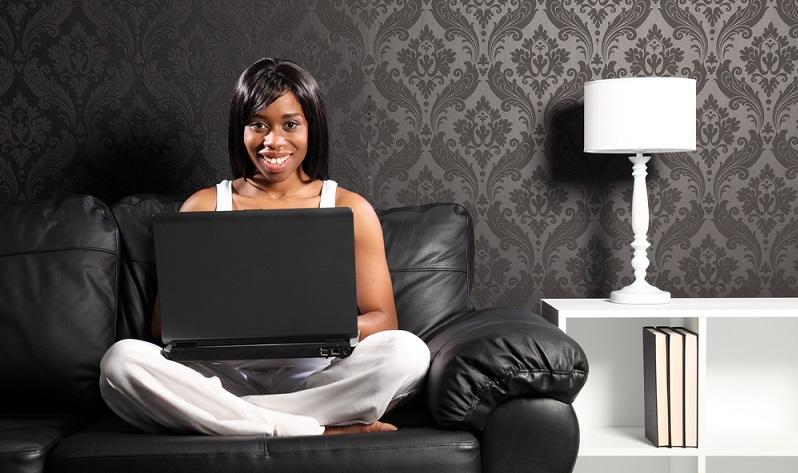 Generell passt die Farbe Schwarz in einer Wohnung in jedem Zimmer. Da das Wohnzimmer aber oft der hellsten Raum in einer Wohnung ist, ist es auch der ideale Ort, um viel Schwarz einzubringen. (#01)