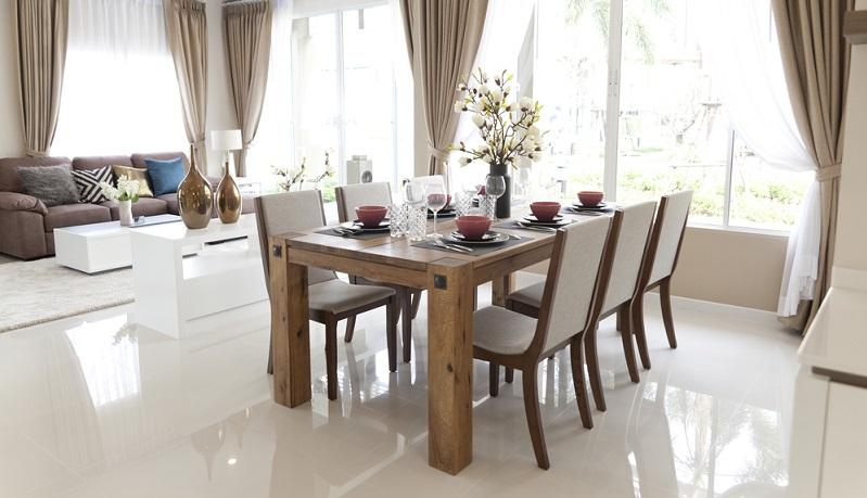 Für große Gruppen sind rechteckige Tische die bessere Wahl, zumal derartige Tische meist noch mit Verlängerungsstücken vergrößert werden können.