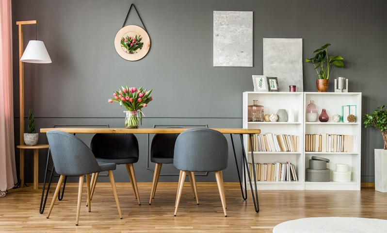 Bedenken Sie bei der Wandgestaltung, ob der Tisch mittig im Raum stehen wird oder ob es sich um eine Sitzgruppe handelt, die in der Ecke ihren Platz finden soll.
