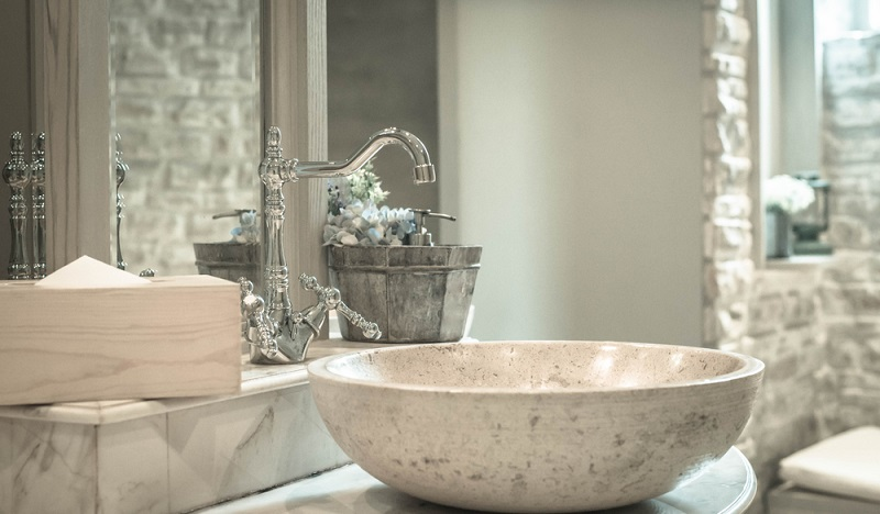 Armaturen und Waschbecken glänzen vor Sauberkeit. Keine Spur von Schimmel zu entdecken. (#3)