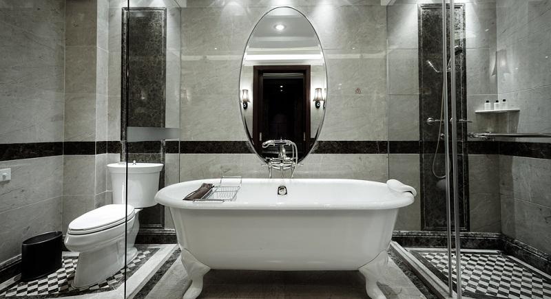 Im Spiegel sind feine Heizdrähte integriert, die für eine Erwärmung der Oberfläche des Spiegels sorgen. Damit wird verhindert, dass sich der beim Duschen oder Baden entstehende Wasserdampf auf der Spiegelfläche niederlässt.