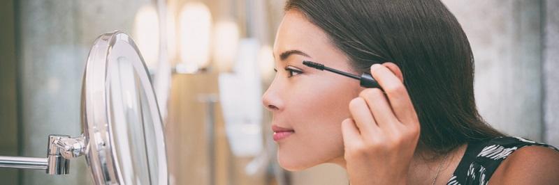 Manchmal können wir gar nicht genau genug hinsehen und brauchen sogar noch eine Lupe: Dies ermöglicht der Kosmetikspiegel, der zusätzlich zum üblichen Badspiegel angebracht wird.