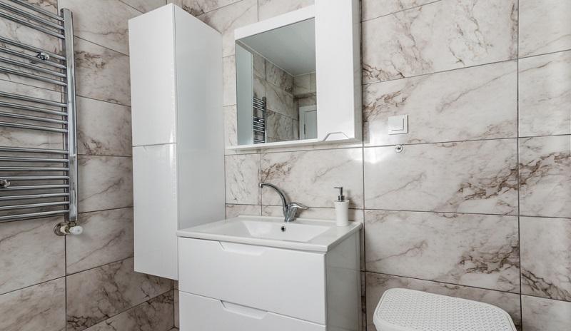Ist im Spiegel (im Spiegelschrank) eine Steckdose integriert, hat das viele Vorteile.