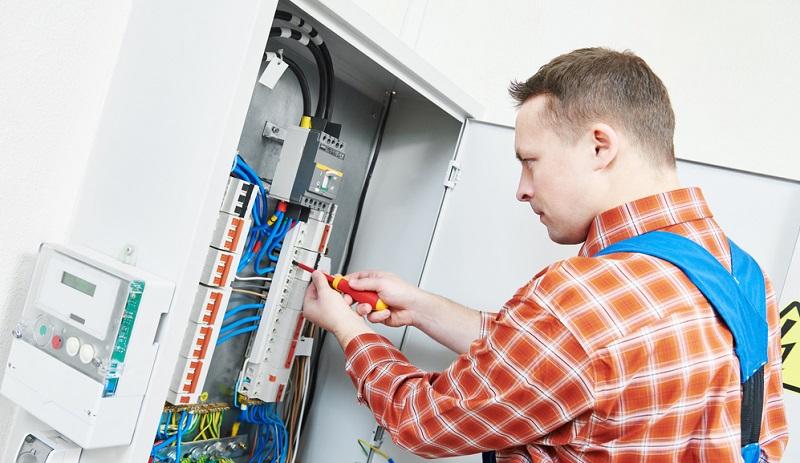 Eingebaut und installiert wird so ein System durch einen Fachmann für Energiemanagement, der es direkt in den hausinternen Sicherungskasten integriert.(#01)