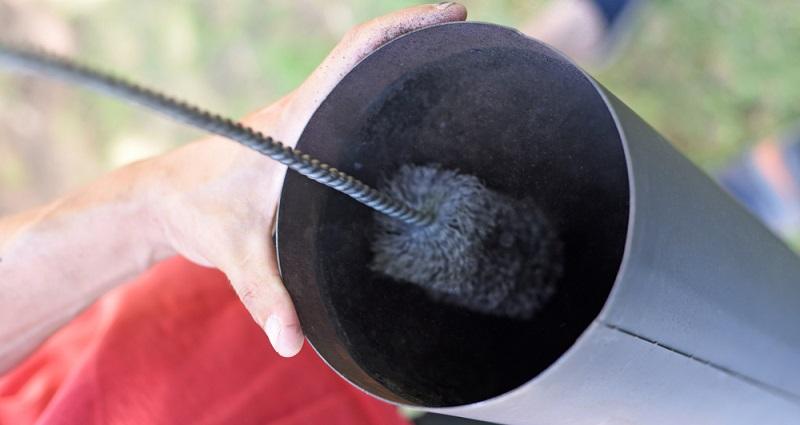 Der erste Blick sollte ins Innere des Ofens bzw. des Kamins gehen. Eventuell vorhandene Ofenrohre müssen hin und wieder auf Verschmutzungen geprüft werden. (#01)