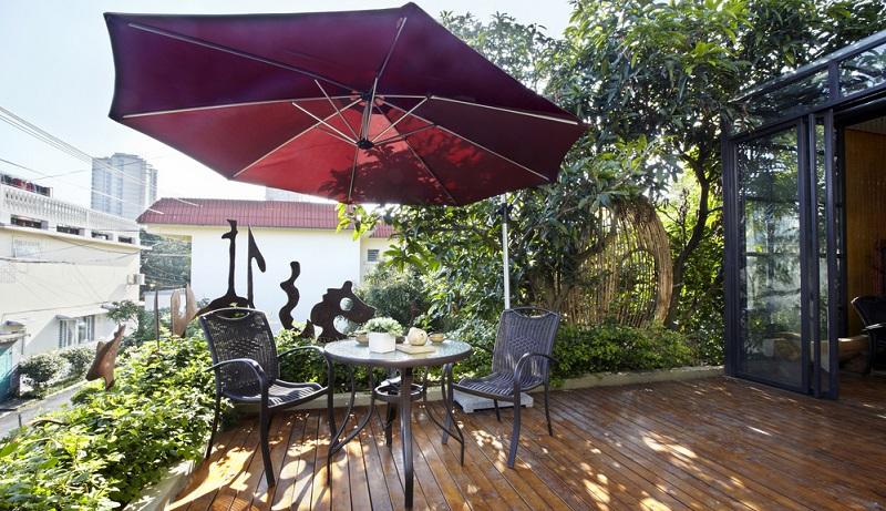 Wenn Sie ein Foto von Ihrer letzten Urlaubsreise betrachten, dann entdecken Sie darauf sicherlich einen weiteren praktischen Schattenspender: Den Sonnenschirm.