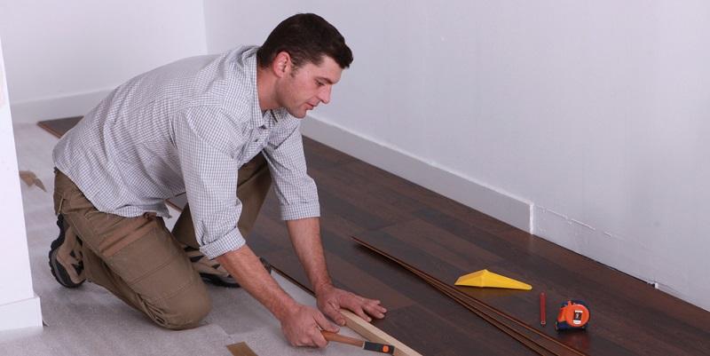 Wer sich für Vinyl als Material für den Fußboden entscheidet, kann aus mehreren Produkttypen auswählen. Zum einen gibt es Angebote, die vollständig aus Vinyl bestehen.