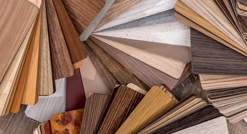 Vinyl ist ein Fußbodenbelag, der aus Kunststoff besteht. Aus chemischer Sicht ist er eng mit dem bekannten PVC verwandt. Bereits die Auflösung dieser Abkürzung – Poly Vinyl Chlorid – zeigt diese Ähnlichkeit auf. PVC ist jedoch ein sehr harter Werkstoff, der sich nur bedingt als Belag für den Fußboden eignet.