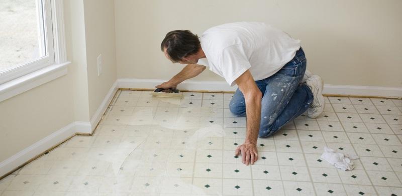 Bevor Sie das Vinyl in Ihrer Wohnung verlegen, ist es wichtig, den Untergrund vorzubereiten. Wie bereits erwähnt, ist es bei größeren Höhenunterschieden wichtig, diese mit Spachtelmasse auszugleichen.