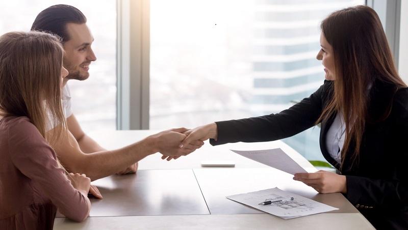 Das Bewerbungsgespräch, das eigentlich eine Besichtigung sein soll, dient dazu, dass sich Vermieter bzw. Makler und Wohnungsinteressent kennenlernen.