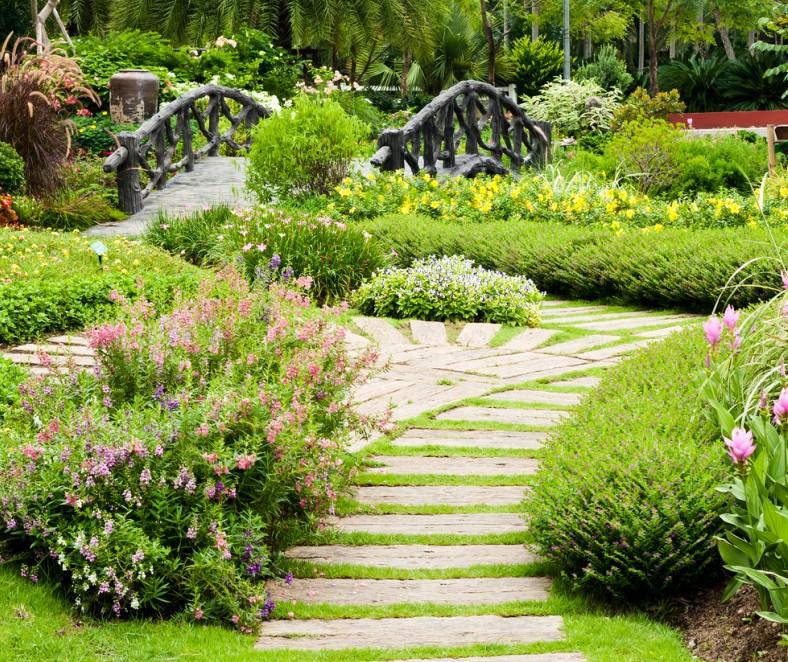Der Steingarten ist der Klassiker unter den pflegeleichten Vorgärten. Es muss auch nicht immer ein großzügig gestalteter Vorgarten sein, wie dieser hier - obwohl er einen gewissen Reiz besitzt, wie man zugeben muss... (#5)
