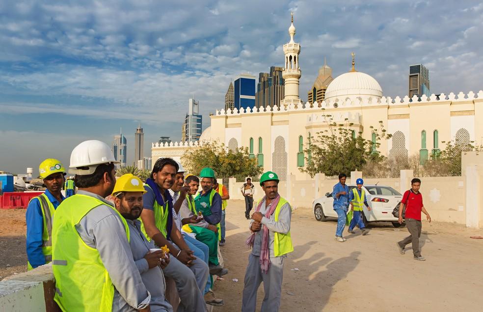 Bauingenieure haben nicht nur deswegen glänzende Berufsaussichten, weil die deutsche Wirtschaft aktuell einen sehr hohen Bedarf hat. Die Bauprojekte als Aufgabe für den Bauingenieur können weltweit stattfinden. Dazu gehört auch der Kontakt zu Menschen der jeweiligen Länder, wie hier beispielsweise in Dubai. (#4)