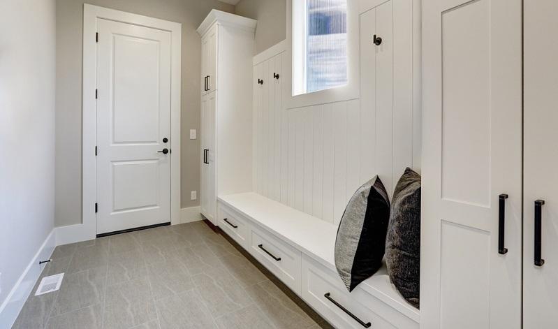 Beim Einrichten des Flurs müssen Sie beachten, dass dieser Raum über viele Türen verfügt.
